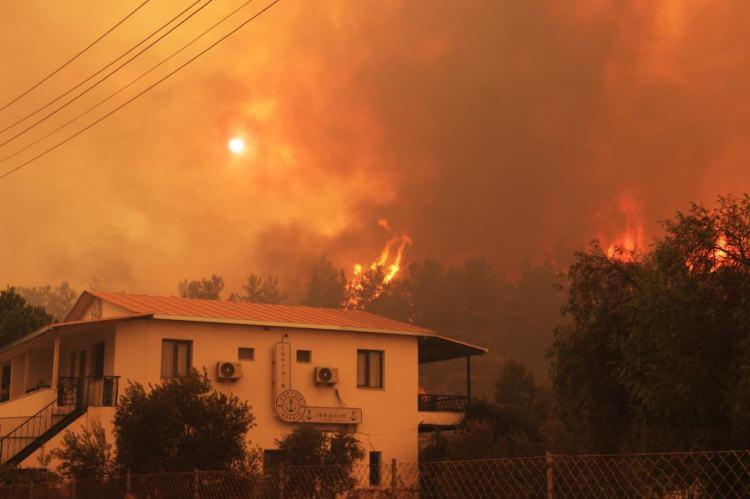 <p>Alevlerle mücadele etmek için askerinden polisine, kaymakamından vali yardımcısına söndürme ekiplerinden gönüllü vatandaşlara kadar herkes yangın bölgesine koştu.</p>