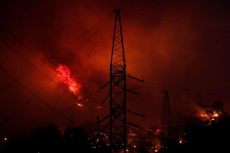 Son dakika: Muğla'da korkulan oldu! Yangın kritik bölgeye sıçradı, patlama sesleri geliyor