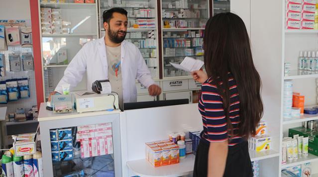 Tokat'ta bir eczacı, Nazım Hikmet'in dizelerinden etkilenip 2 bin 85 liralık aşıyı ücretsiz yapmaya başladı